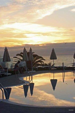 Iberostar Playa Gaviotas: Sunset over pool