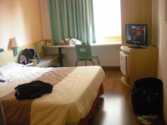 Ibis Campinas : Quarto do hotel Ibis/Campinas. Meus pertences..., muito bem acomodados.