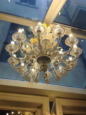 Hotel Belle Epoque: Люстра в ресторане