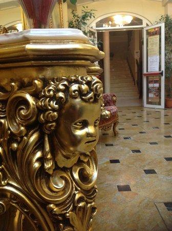 Hotel Belle Epoque: Мебель в холле первого этажа