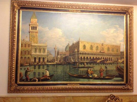 Hotel Belle Epoque: Картины в холле первого этажа