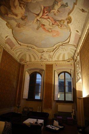 Palazzo Tolomei Residenza d'Epoca: первая комната