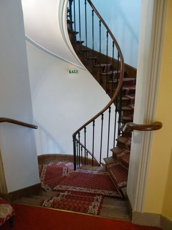 Chateau du Breuil: Staircase to 3rd floor