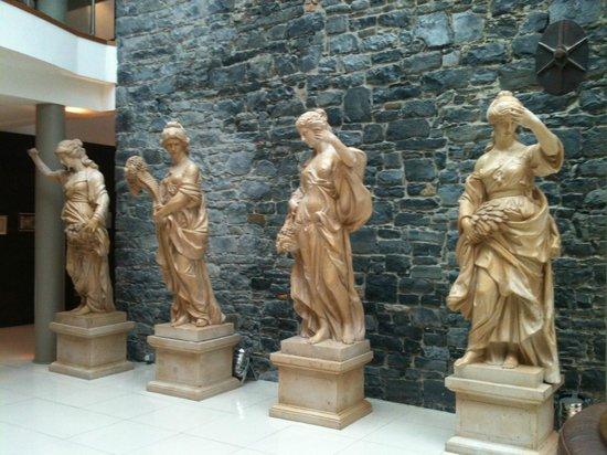 Lyrath Estate Hotel & Spa: Statues in Main Reception Area