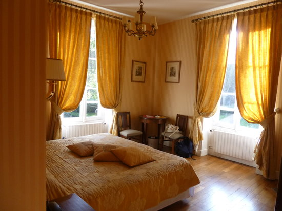 Chateau du Breuil: Sunny yellow curtained room