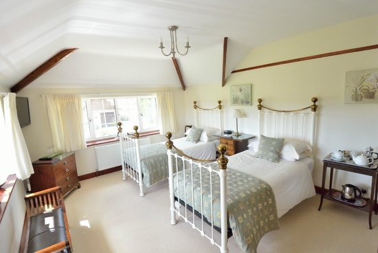 Fourwinds: Light and airy twin room