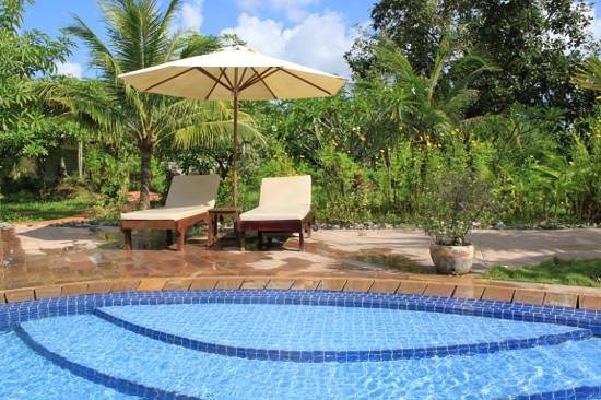 Battambang Resort : piscine au milieu d'un jardin luxuriant