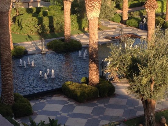 Four Seasons Resort Marrakech: Fountain in public area.