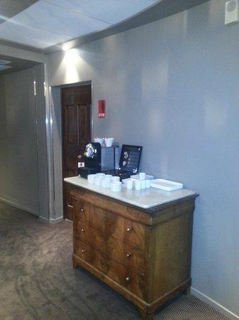 Hotel Cezanne : La Nespresso nel corridoio al piano