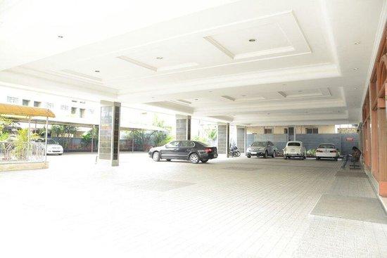 Hotel Srri Aswini Deluxe: Car parking view