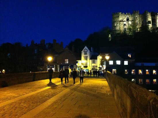Castle View Guest House: Crossing over Framwell Bridge in the evening
