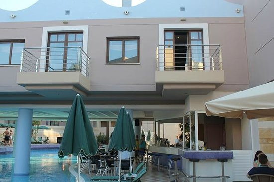 Porto Platanias Beach Resort & Spa: Baren