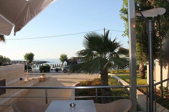 Porto Platanias Beach Resort & Spa: Utsikt mot stranden fra baren
