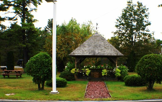 Landmark Motor Inn: Relaxing Gazebo Area