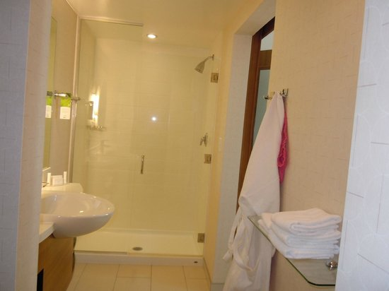 SpringHill Suites Chattanooga Downtown/Cameron Harbor: Huge walk in shower and ample vanity space too