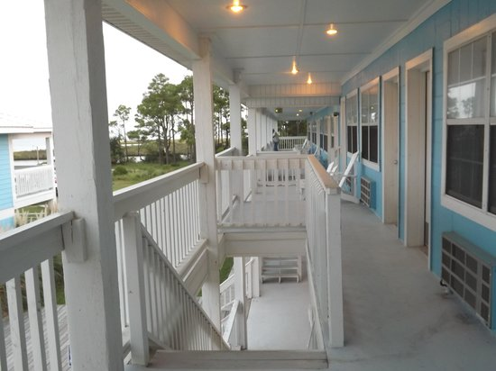 Gulf Breeze Motel: Shared balcony