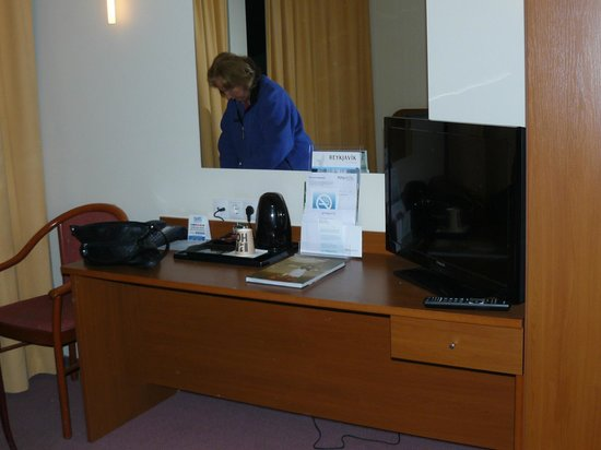 Fosshotel Baron: Nice desk but where to put one's clothes?