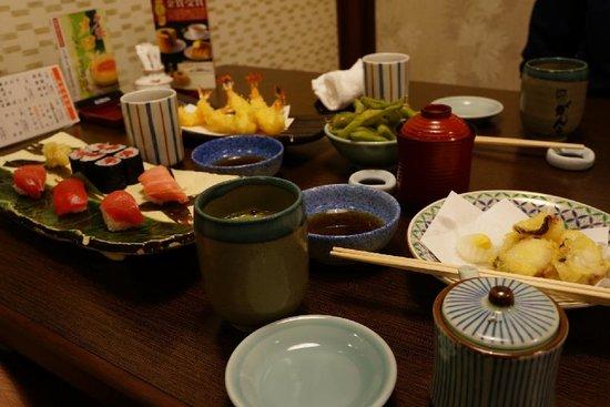 Ganko Sanjo Honten: Sushi con vari tagli di tonno e tempura