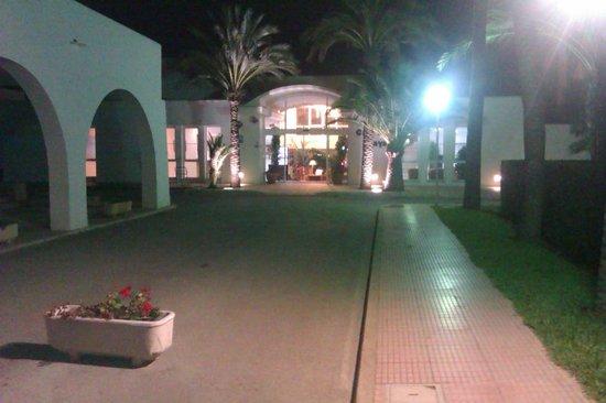 Apartamentos Cala d'Or Playa: Walking toward the reception area