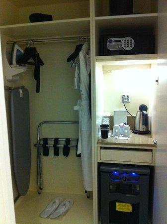London Marriott Hotel Grosvenor Square: placard et nécessaire café-thé