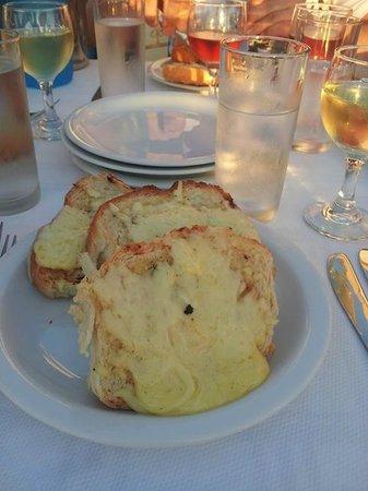 Platanias Palace: Forrett: Hvitløksbrød med ost