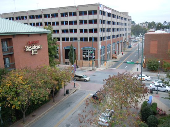 Hilton Garden Inn Chattanooga Downtown: Intersection/street parking just outside of hotel