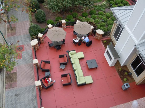 Hilton Garden Inn Chattanooga Downtown : looking down from the balcony to the outdoor patio with fire pit