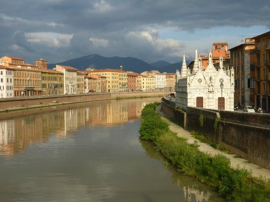 Royal Victoria Hotel: View of hotel from across the Arno River