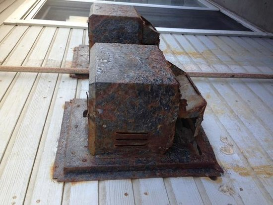 Inn on the Beach: Vents on porch, rusty & dangerous!