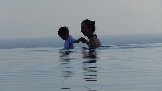 Alila Villas Uluwatu: Nice walking for kid in the pool.