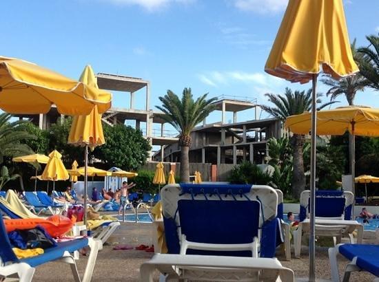 Suite Hotel Atlantis Fuerteventura Resort: vue de la piscine principale sur un hotel a l'abandon