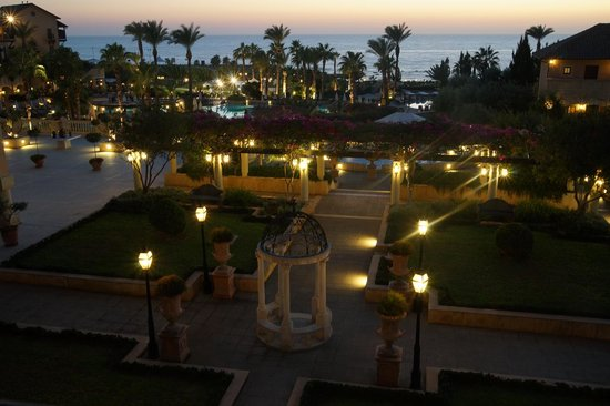 Elysium Hotel : The gardens in the evening