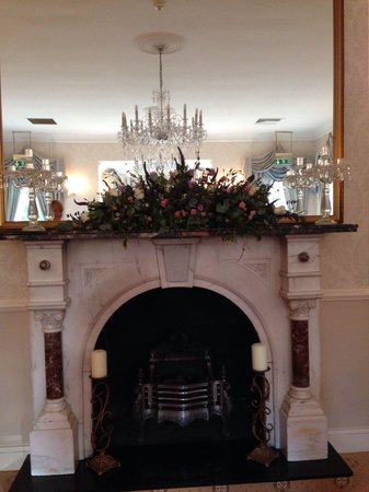 De Courceys Manor: Fireplace in ceremony room