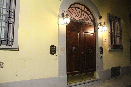 Residenza Il Villino B&B : Entry to Il Villino at night