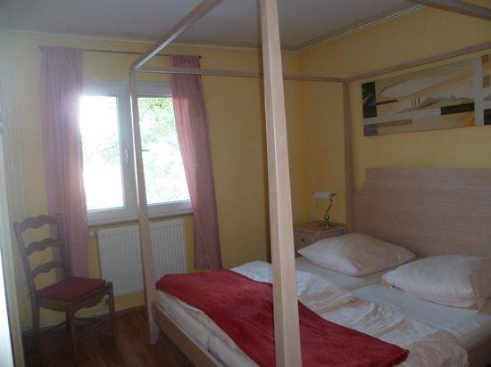 Apartmenthaus Stuttgart Mitte : la chambre (très grand lit!)