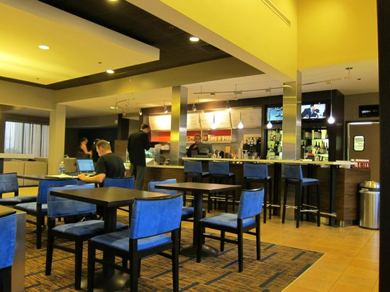 Courtyard by Marriott Philadelphia Airport: The Courtyard's lobby dining area and bar.