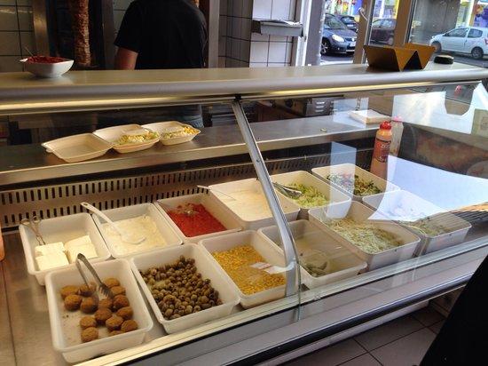 Bayenthaler Grill & Pizzeria: Ingrediënten in de vitrine.