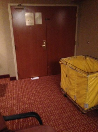 Holiday Inn Crystal Lake: dirty linen cart left in our room