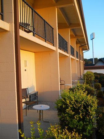 Baymont Inn & Suites Cookeville : Patios and balconies