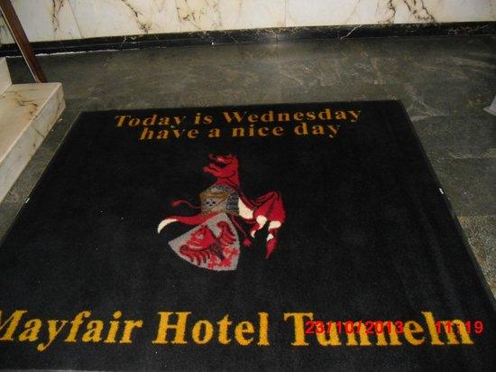 Mayfair Hotel Tunneln: чудесная надпись при входе в отель