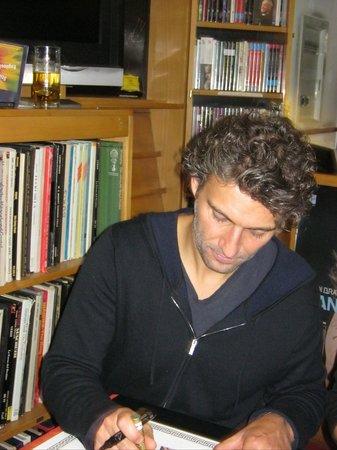 State Opera House : Jonas Kaufmann signing autographs