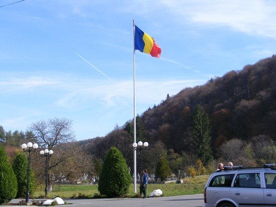 Brancoveanu Monastery : Romanian flag in front of monastery entrance