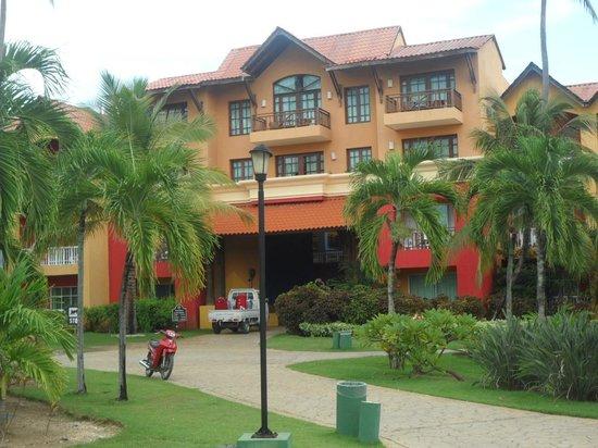 Tropical Princess Beach Resort & Spa: Uno de los edificios del Hotel