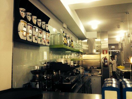 Cafe & Bar Torreblanca: Interior de la cafetería