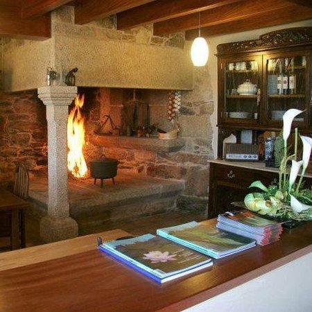 Casa do Tarela: salón con chimenea