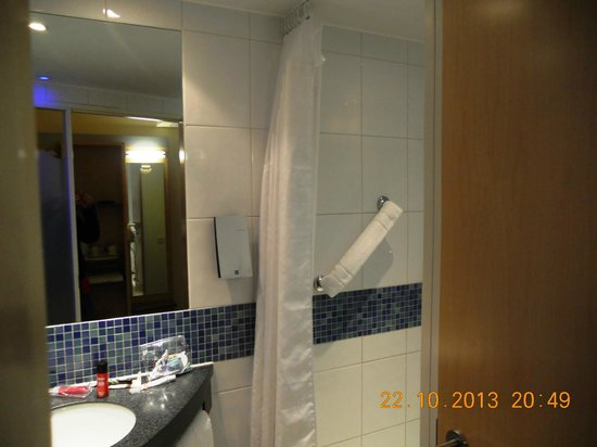 Holiday Inn Express London-Newbury Park: bagno con doccia