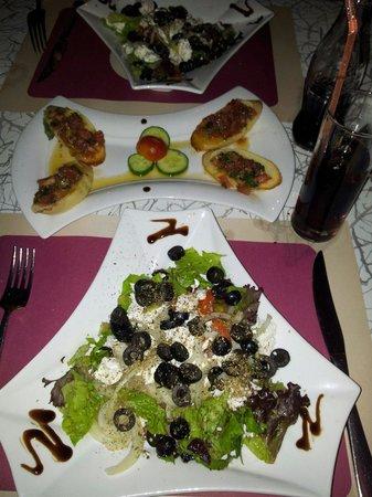 Quadro: Griechischer Salat und Bruscetta