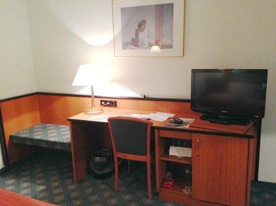 Leonardo Hotel Munich City North: Schreibtisch und TV