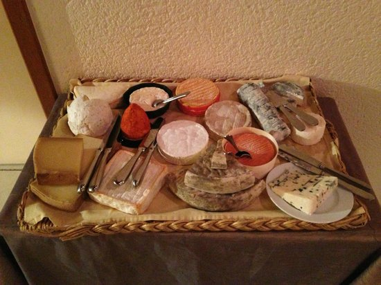 Le Saint Vincent: Tray of fresh cheese - all of which were delicious!