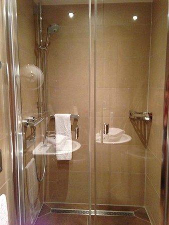 Feldmochinger Hof: Großzügige Dusche